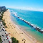 A Praia de Boa Viagem e a praia mais famosa do Recife e tem aproximadamente 7 km de extensao. Toda a praia de Boa Viagem e protegida por uma barreira de recifes naturais, os quais deram nome a cidade. Na mare baixa, formam-se varias piscinas naturais ao longo da praia; tambem durante a mare baixa, e possivel andar sobre os recifes, que sao relativamente planos e largos. Quando a mare sobe, os recifes ficam completamente cobertos pela agua. Recife (AL). Foto: Lulu Pinheiro